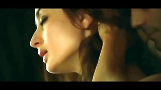Kareena kapoor sex with arjun rampal adjacent to movie heroine with bold intimate scene
